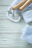 Πηδώντας άσπρα sweatbands σχοινιών στην ξύλινη έννοια ικανότητας πινάκων Στοκ Φωτογραφίες