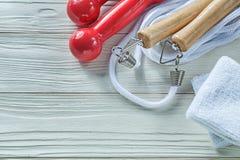 Πηδώντας αλτήρες σχοινιών sweatbands στο ξύλινο conce ικανότητας πινάκων Στοκ Εικόνες