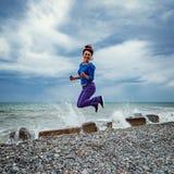 Πηδώντας γυναίκα στην παραλία Στοκ φωτογραφίες με δικαίωμα ελεύθερης χρήσης