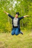 Πηδώντας γυναίκα στη φύση Στοκ Φωτογραφίες