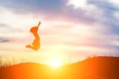 Πηδώντας ευτυχέστερες στιγμές κοριτσιών σκιαγραφιών στοκ φωτογραφίες με δικαίωμα ελεύθερης χρήσης