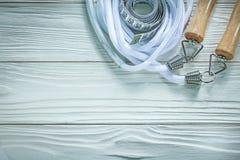Πηδώντας μέτρο ταινιών σχοινιών σχετικά με την ξύλινη έννοια ικανότητας πινάκων Στοκ Φωτογραφίες