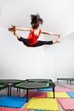 Πηδώντας νέα γυναίκα σε ένα τραμπολίνο Στοκ Εικόνες