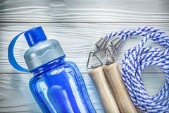 Πηδώντας πλαστικό μπουκάλι νερό σχοινιών στο ξύλινο conce ικανότητας πινάκων Στοκ εικόνες με δικαίωμα ελεύθερης χρήσης