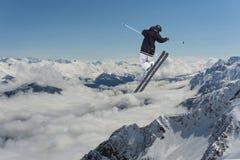 Πηδώντας σκιέρ στα βουνά Ακραίος αθλητισμός, freeride Στοκ Φωτογραφία