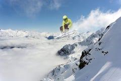 Πηδώντας σκιέρ στα βουνά Ακραίος αθλητισμός, freeride Στοκ εικόνα με δικαίωμα ελεύθερης χρήσης