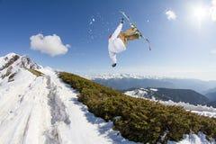Πηδώντας σκιέρ στα βουνά Ακραίος αθλητισμός, freeride Στοκ φωτογραφίες με δικαίωμα ελεύθερης χρήσης