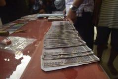 Πιάνοντας την πλαστή κυκλοφορία χρημάτων τίτλου το δολάριο και ευρώ Στοκ Φωτογραφία