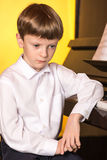 Πιάνο αγοριών Pianist με το μεγάλο κλασσικό μουσικό όργανο πιάνων Στοκ Εικόνες