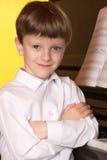 Πιάνο αγοριών Pianist με το μεγάλο κλασσικό μουσικό όργανο πιάνων Στοκ εικόνες με δικαίωμα ελεύθερης χρήσης