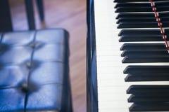 Πιάνο με το μουσικό όργανο εδρών Στοκ φωτογραφίες με δικαίωμα ελεύθερης χρήσης