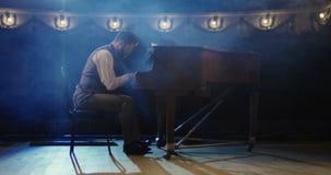 Πιάνο παιχνιδιού ατόμων στο στάδιο φιλμ μικρού μήκους