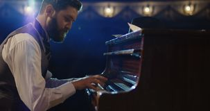 Πιάνο παιχνιδιού ατόμων στο στάδιο απόθεμα βίντεο