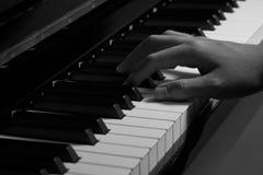 Πιάνο παιχνιδιού στο στούντιο με το γραπτό τόνο Στοκ Φωτογραφίες