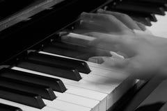 Πιάνο παιχνιδιού στο στούντιο με το γραπτό τόνο Στοκ Εικόνα