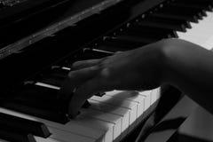 Πιάνο παιχνιδιού στο στούντιο με το γραπτό τόνο Στοκ εικόνες με δικαίωμα ελεύθερης χρήσης