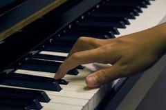 Πιάνο παιχνιδιού στο στούντιο Στοκ εικόνες με δικαίωμα ελεύθερης χρήσης