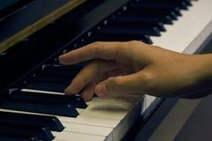 Πιάνο παιχνιδιού στο στούντιο Στοκ εικόνα με δικαίωμα ελεύθερης χρήσης