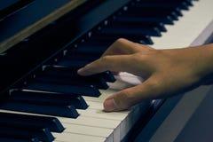 Πιάνο παιχνιδιού στο στούντιο Στοκ φωτογραφία με δικαίωμα ελεύθερης χρήσης