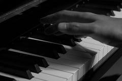 Πιάνο παιχνιδιού στο στούντιο Στοκ φωτογραφίες με δικαίωμα ελεύθερης χρήσης