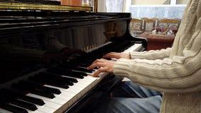 Πιάνο παιχνιδιών ατόμων που παρουσιάζει χέρια μόνο 1 φιλμ μικρού μήκους