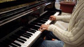 Πιάνο παιχνιδιών ατόμων που παρουσιάζει χέρια μόνο 2 φιλμ μικρού μήκους
