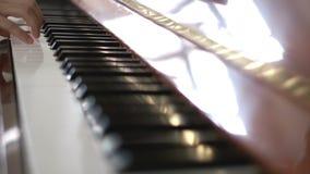 Πιάνο παιχνιδιού και με τα δύο χέρια απόθεμα βίντεο