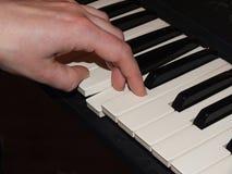 Πιάνο παιχνιδιού με το αριστερό χέρι Στοκ εικόνα με δικαίωμα ελεύθερης χρήσης