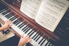Πιάνο παιχνιδιού μουσικών στοκ εικόνα με δικαίωμα ελεύθερης χρήσης