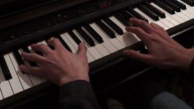 Πιάνο παιχνιδιού χεριών ατόμων Παίζοντας μουσική ατόμων σε μια συναυλία φιλμ μικρού μήκους