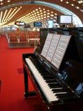 Πιάνο σε ένα τερματικό του αερολιμένα του Charles de Gaulle Στοκ φωτογραφίες με δικαίωμα ελεύθερης χρήσης