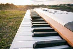 Πιάνο στον τομέα στο ηλιοβασίλεμα Στοκ Φωτογραφία