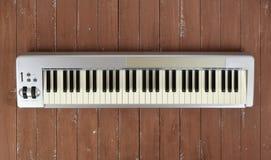 Πιάνο 61 του MIDI Sloseup βασικό πληκτρολόγιο σε ένα ξύλινο υπόβαθρο στοκ εικόνες με δικαίωμα ελεύθερης χρήσης