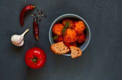 Πιάτα από τον κιμά υπό μορφή σφαιρών και ντομάτας, kottbullar, έννοια ένα παραδοσιακό πιάτο κρέατος της σουηδικής κουζίνας στοκ εικόνα
