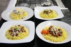 Πιάτα βόειου κρέατος και κοτόπουλου των κινεζικών νουντλς στην κουζίνα Στοκ Εικόνα