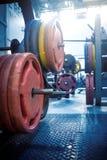 Πιάτα για τα barbells και μηχανές άσκησης στη γυμναστική στοκ φωτογραφία με δικαίωμα ελεύθερης χρήσης