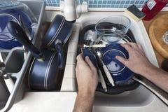 πιάτα επάνω στην πλύση στοκ φωτογραφία