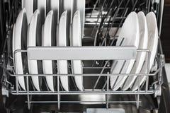 πιάτα και διαφορετικά πιάτα στο πλυντήριο πιάτων Στοκ φωτογραφία με δικαίωμα ελεύθερης χρήσης