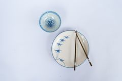 Πιάτα και κύπελλα, chopsticks που προετοιμάζονται για το Κινεζικό λαό Στοκ Εικόνα