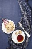 Πιάτα και μπισκότα πορσελάνης με τα τα βακκίνια στοκ εικόνα