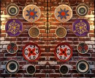 Πιάτα με τα διαφορετικά σχέδια σε έναν τουβλότοιχο Στοκ Φωτογραφίες