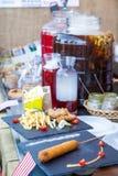 Πιάτα με τα νόστιμα πιάτα στον πίνακα εστιατορίων Στοκ Φωτογραφία