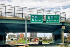 Πιάτα οδικών δεικτών που οδηγούν στη Βοστώνη ή το Worcester Στοκ Εικόνα