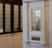 Πιάτα ορείχαλκου στην αίθουσα εισόδων στο σχολείο της Γλασκώβης του κτηρίου τέχνης, επίσης γνωστό ως κτήριο αδιάβροχων, Σκωτία UK στοκ φωτογραφία με δικαίωμα ελεύθερης χρήσης