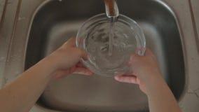 Πιάτα πλύσης στο νεροχύτη στο σπίτι απόθεμα βίντεο