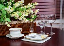 πιάτα που τίθενται jasmine λουλουδιών διαφορών ανασκόπησης συμπαθητικό εποχιακό θέμα τεμάχιο Στοκ φωτογραφία με δικαίωμα ελεύθερης χρήσης