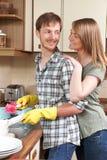 Πιάτα πλύσης ζεύγους στην κουζίνα Στοκ φωτογραφία με δικαίωμα ελεύθερης χρήσης