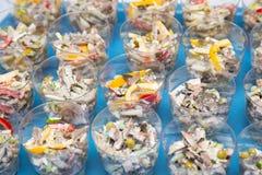 Πιάτα σαλάτας, εστιατόριο Προετοιμασίες για τον εορτασμό στην κουζίνα Στοκ Φωτογραφίες