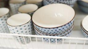 Πιάτα στην αγορά στο ράφι στο κατάστημα Πιάτο και φλυτζάνια στοκ εικόνα με δικαίωμα ελεύθερης χρήσης