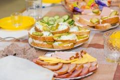 Πιάτα στον πίνακα εορταστικός πίνακας μήλων ανασκόπησης συμποσίου καλαθιών εστίασης καρπού σταφυλιών επιτραπέζια tartlets σαλατών Στοκ φωτογραφίες με δικαίωμα ελεύθερης χρήσης